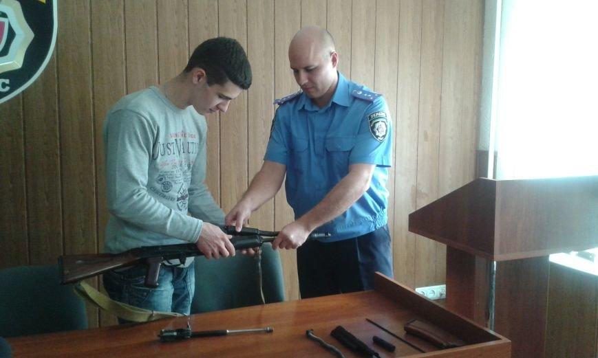 Школьникам из Днепродзержинска показали боевое оружие и изолятор для преступников, фото-3