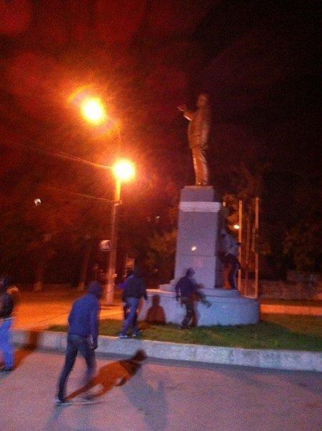Ночью в Харькове повалили еще два памятника Ленину. Не обошлось без стрельбы, фото-1