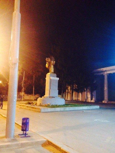 Ночью в Харькове повалили еще два памятника Ленину. Не обошлось без стрельбы, фото-3