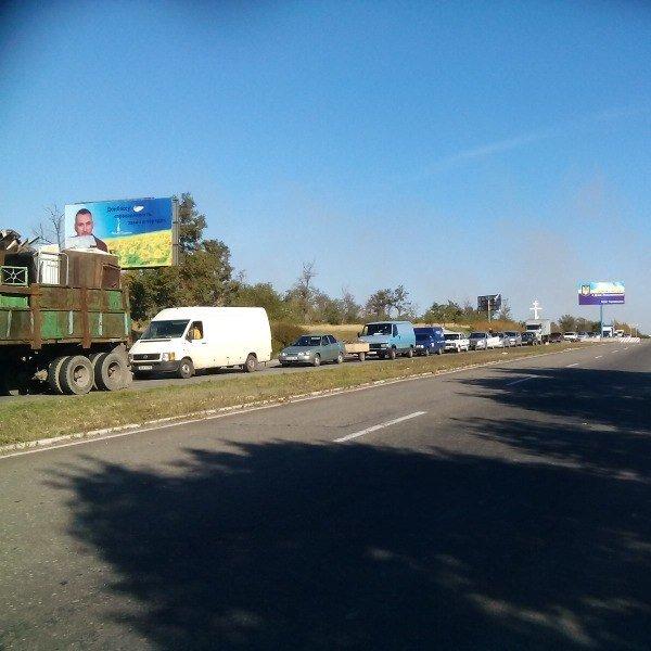 На въезде в Мариуполь со стороны Донецка выстроилась огромная очередь (ФОТО), фото-2