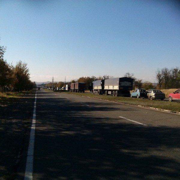 На въезде в Мариуполь со стороны Донецка выстроилась огромная очередь (ФОТО), фото-1