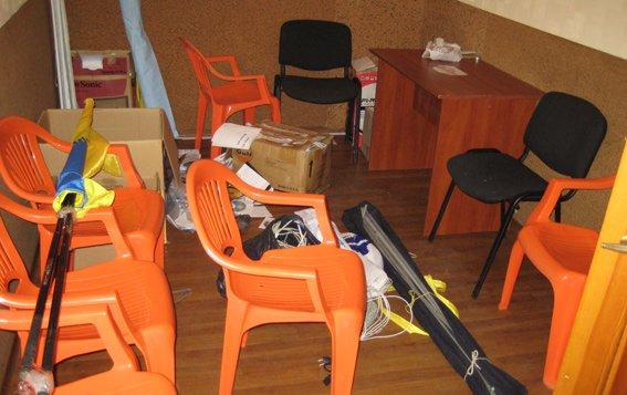 В Днепропетровской области начали грабить офисы политических партий, фото-3