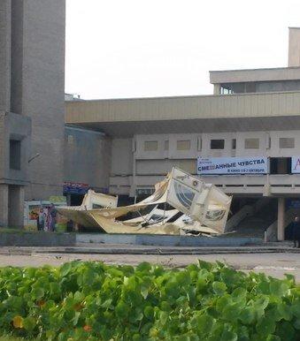 Фотофакт: возле кинотеатра «Октябрь» от сильного ветра перевернулась палатка (фото) - фото 1