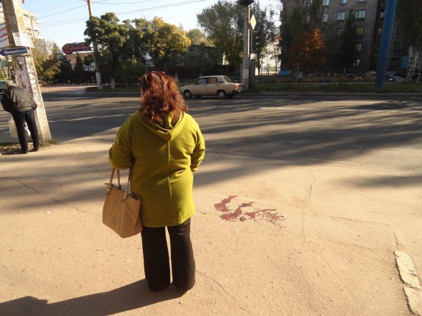 Мариупольцы увидели лужу крови на остановке (ФОТОРЕПОРТАЖ), фото-1