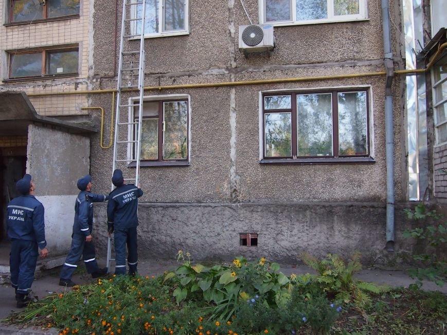 В Днепродзержинске, чтобы попасть в квартиру к бессознательной пенсионерке использовали лестницу, фото-2