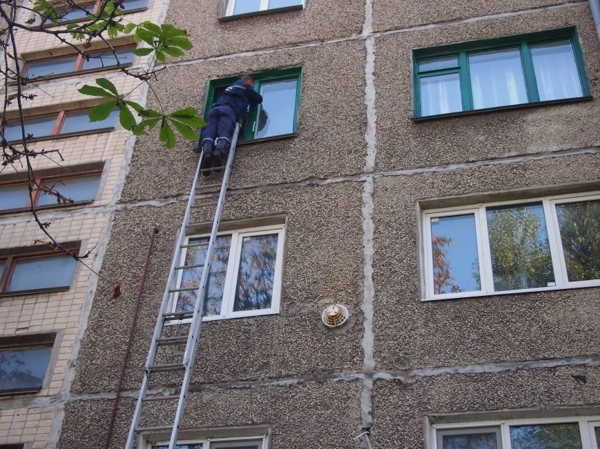 В Днепродзержинске, чтобы попасть в квартиру к бессознательной пенсионерке использовали лестницу, фото-3