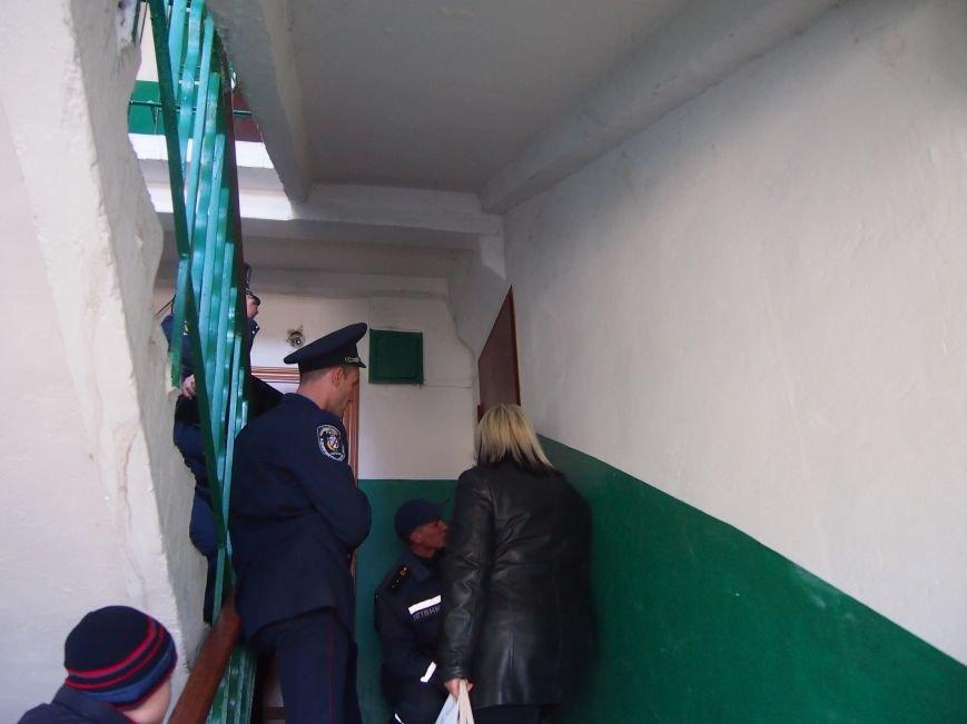 В Днепродзержинске, чтобы попасть в квартиру к бессознательной пенсионерке использовали лестницу, фото-1