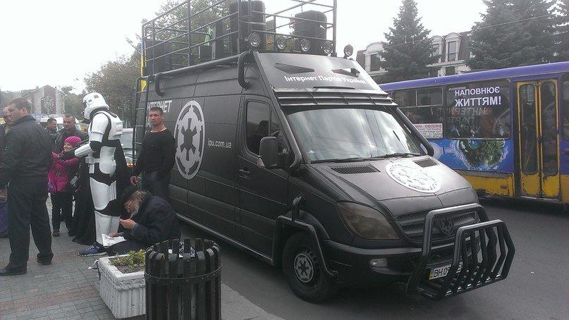 У центрі Рівного передвиборну агітацію проводить Дарт Вейдер (Фото), фото-2