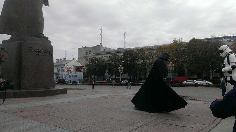 У центрі Рівного передвиборну агітацію проводить Дарт Вейдер (Фото), фото-4