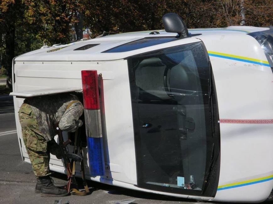 В центре Мариуполя перевернулся автомобиль с военными (ФОТО), фото-5