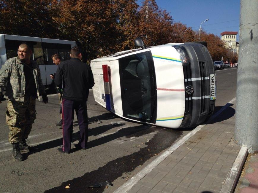 В центре Мариуполя перевернулся автомобиль с военными (ФОТО), фото-1