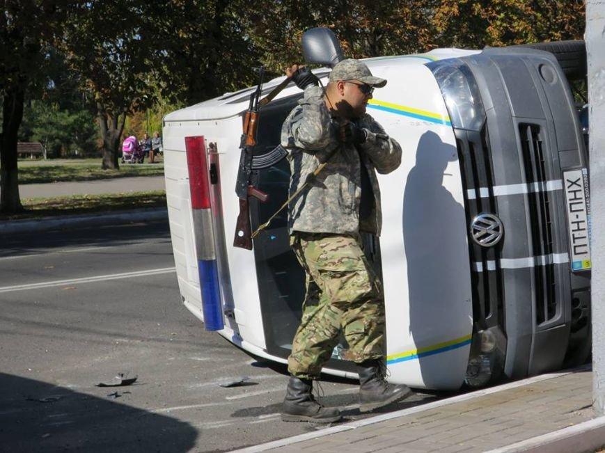 В центре Мариуполя перевернулся автомобиль с военными (ФОТО), фото-4