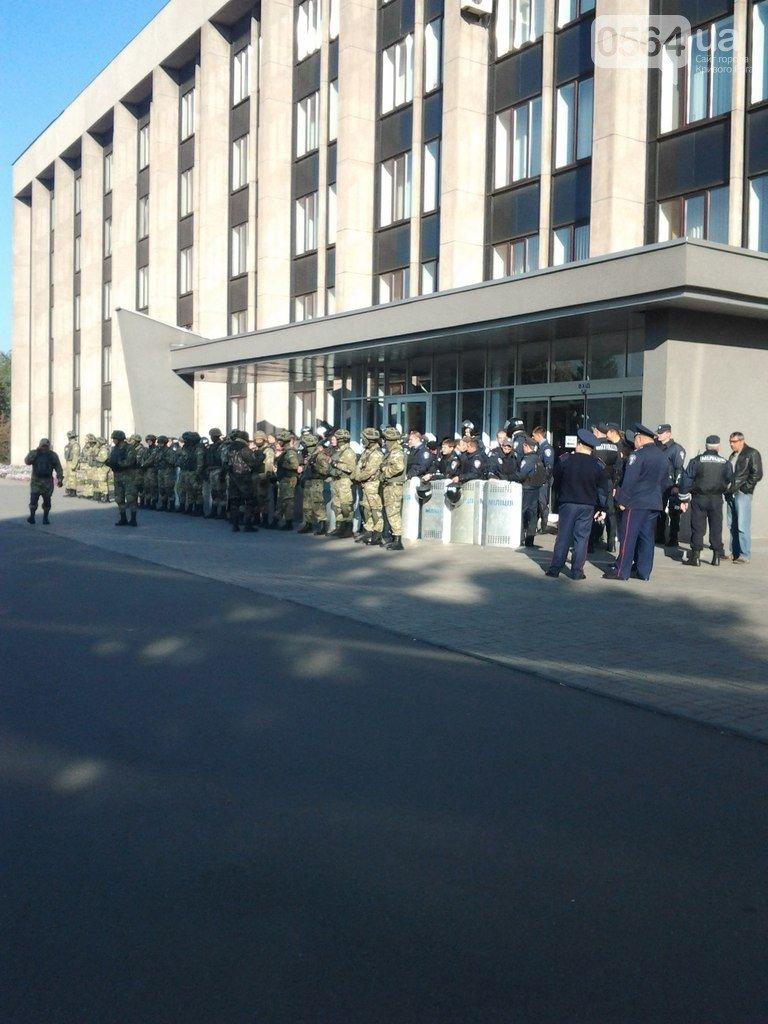 В Кривом Роге под горисполкомом собралось 400 правоохранителей, а активисты почтили память погибших в АТО, фото-1
