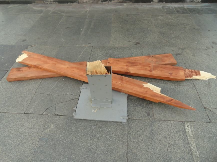 Мариупольский памятный крест на площади Ленина снова сломан(ФОТО), фото-3