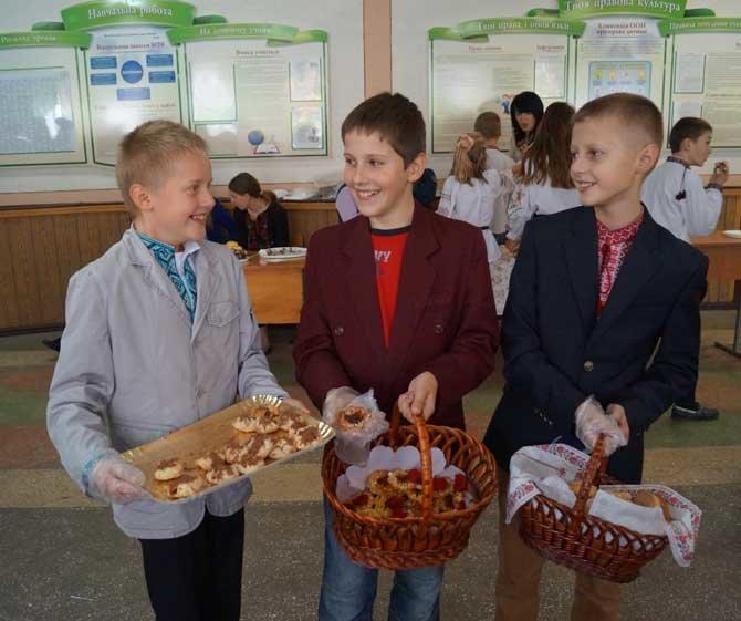 У Тернополі діти продавали солодощі, щоб допомогти бійцям АТО, фото-1