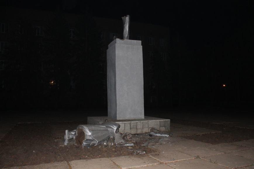 В Кривом Роге сброшен с пьедестала памятник Ленину в Жовтневом районе (ФОТО), фото-4