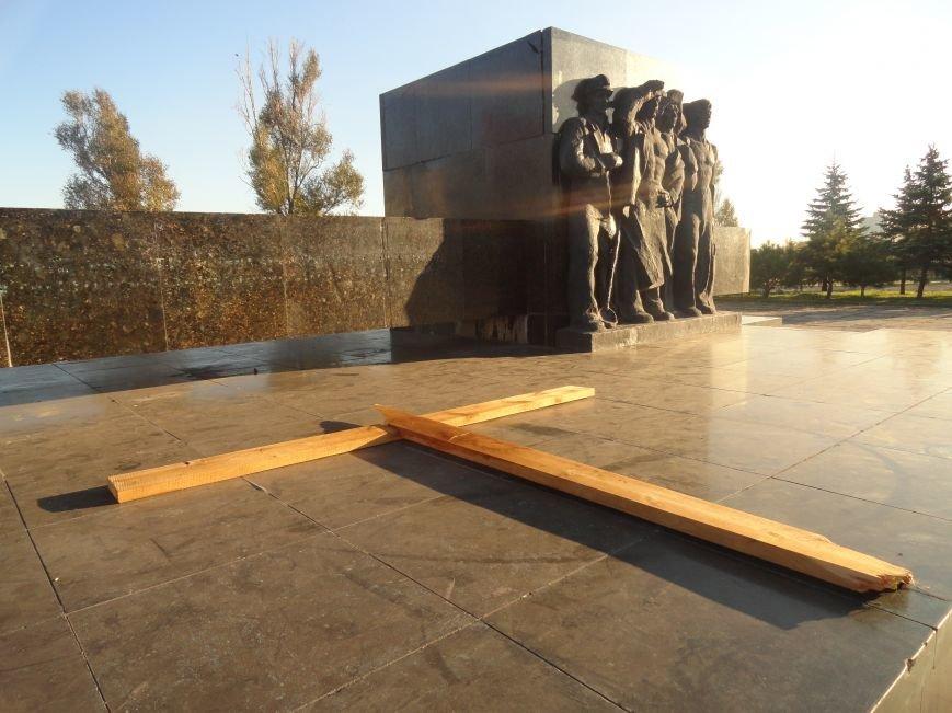 Неизвестные сопротивляются установке памятного креста в Мариуполе (ФОТОФАКТ), фото-4
