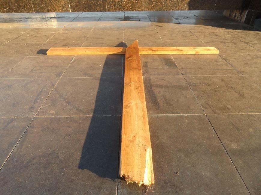 Неизвестные сопротивляются установке памятного креста в Мариуполе (ФОТОФАКТ), фото-3