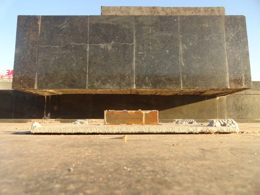 Неизвестные сопротивляются установке памятного креста в Мариуполе (ФОТОФАКТ), фото-1