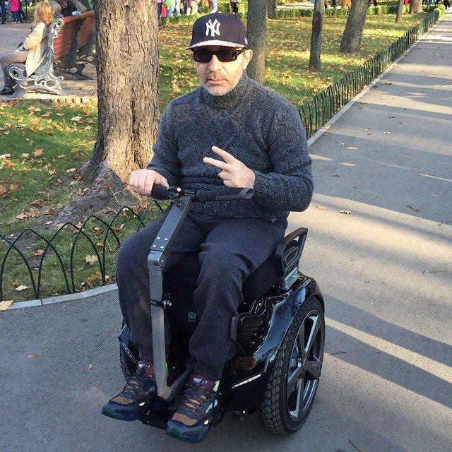 На выходных Кернес разъезжал по парку Горького на высокотехнологичном кресле-каталке, фото-1