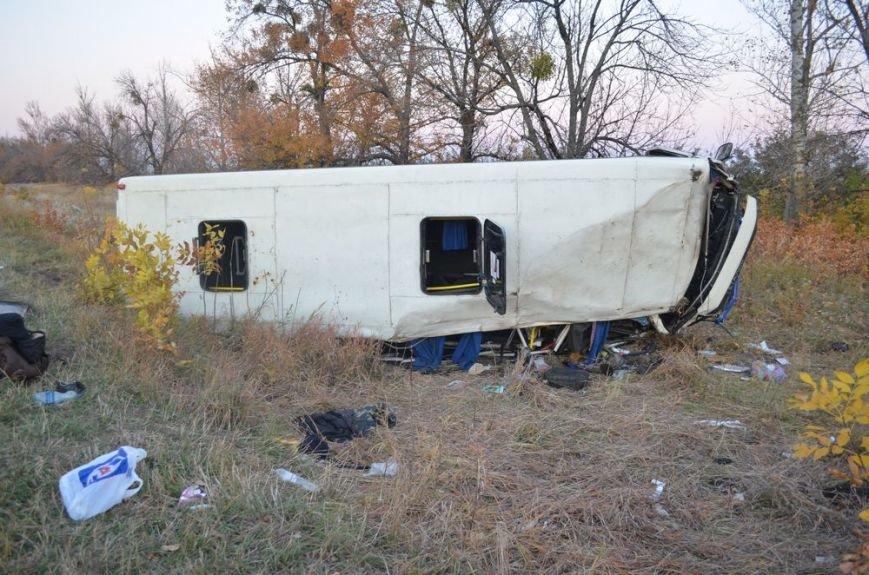Под Харьковом легковушка врезалась в забитый людьми автобус: водителей и пассажиров забрали в больницу, фото-5