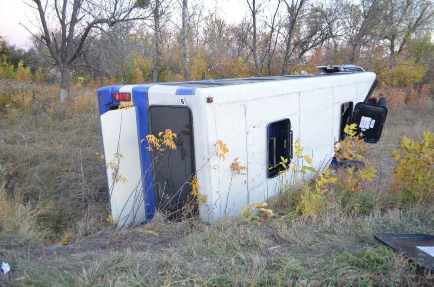 Под Харьковом легковушка врезалась в забитый людьми автобус: водителей и пассажиров забрали в больницу, фото-9