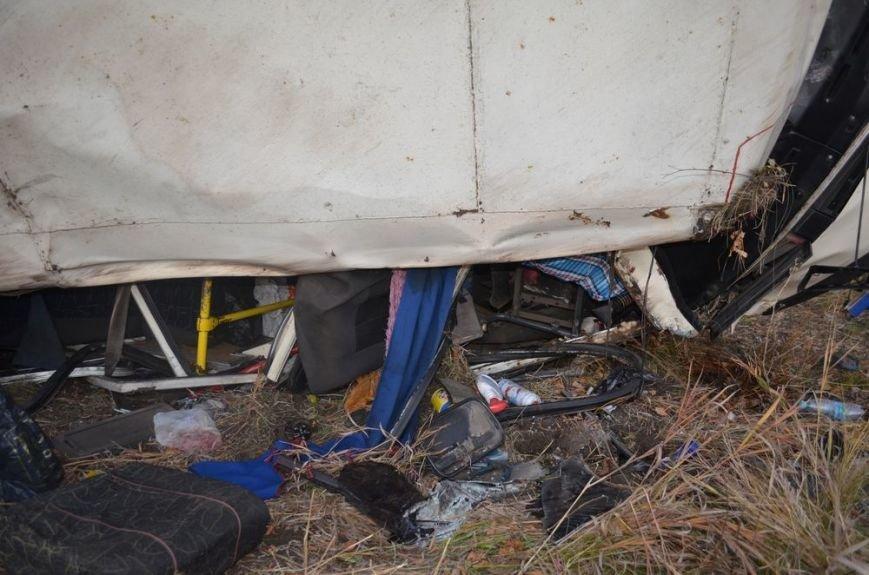 Под Харьковом легковушка врезалась в забитый людьми автобус: водителей и пассажиров забрали в больницу, фото-3