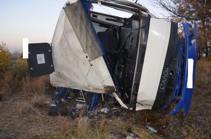Под Харьковом легковушка врезалась в забитый людьми автобус: водителей и пассажиров забрали в больницу, фото-1