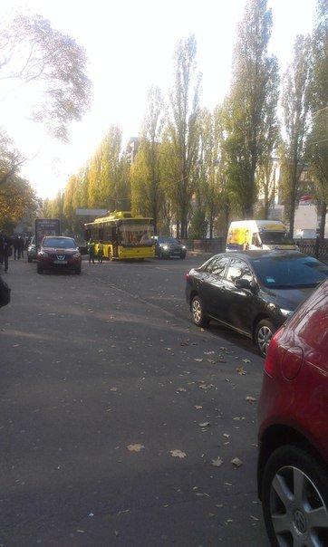 """В Киеве не поделили дорогу троллейбус  и """"Honda"""" (ФОТО), фото-1"""