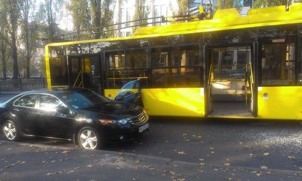 """В Киеве не поделили дорогу троллейбус  и """"Honda"""" (ФОТО), фото-2"""