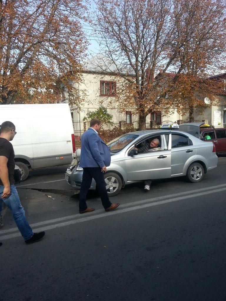 ДТП у Тернополі: таксі в'їхало в зад крутій іномарці (фото), фото-3