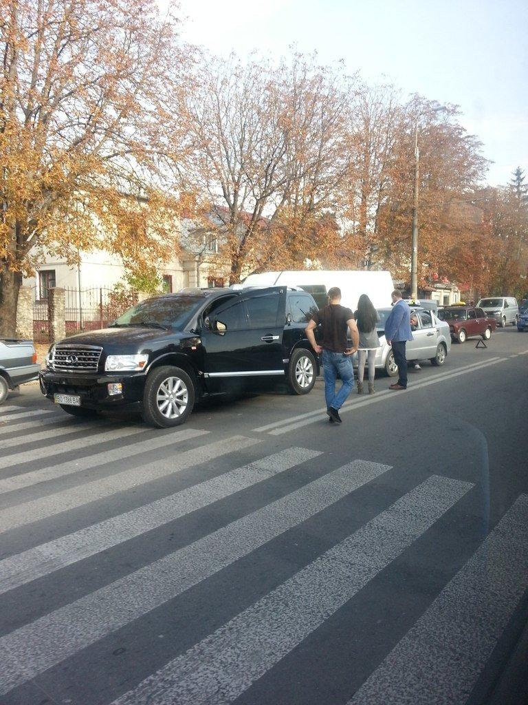 ДТП у Тернополі: таксі в'їхало в зад крутій іномарці (фото), фото-1