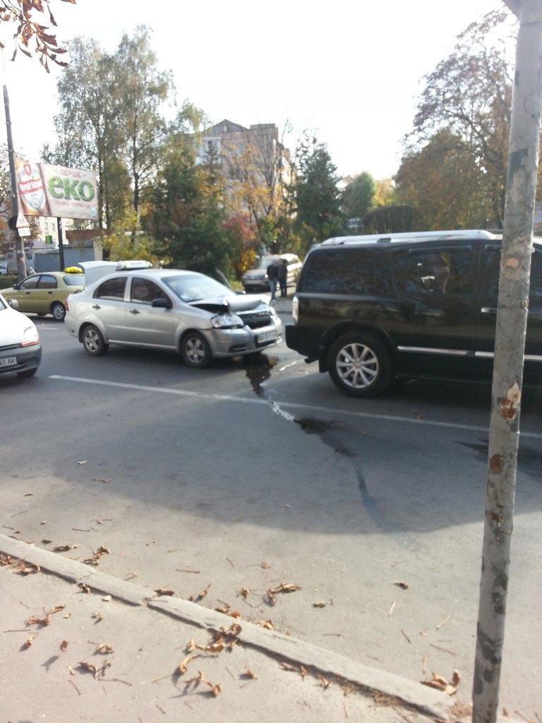 ДТП у Тернополі: таксі в'їхало в зад крутій іномарці (фото), фото-2