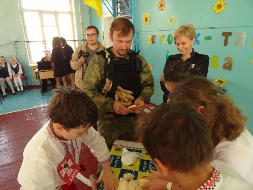 Военнослужащие батальона «Святая Мария» лепили украинские вареники с мариупольскими школьниками (ФОТОРЕПОРТАЖ), фото-21