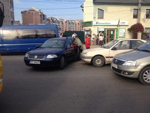 """У Тернополі водій «Пежо» збив стовп і врізався в """"Пассата"""" (фото), фото-3"""