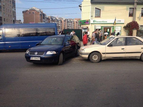 """У Тернополі водій «Пежо» збив стовп і врізався в """"Пассата"""" (фото), фото-2"""