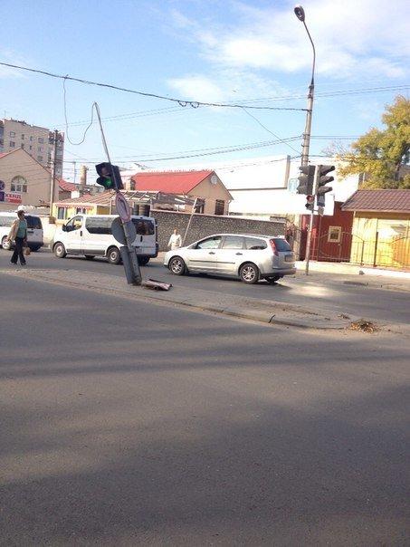 """У Тернополі водій «Пежо» збив стовп і врізався в """"Пассата"""" (фото), фото-1"""