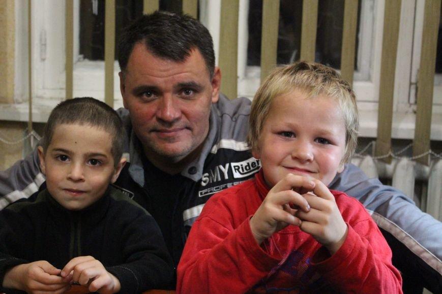 В Мариуполе дети-беспризорники жили на блокпосту (ФОТО), фото-1