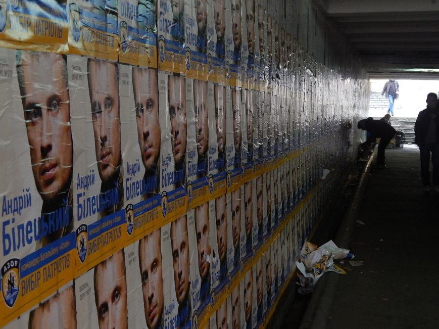 Подступы к станции метро «Героев Днепра» заклеили агитационными обоями (ФОТОФАКТ), фото-5