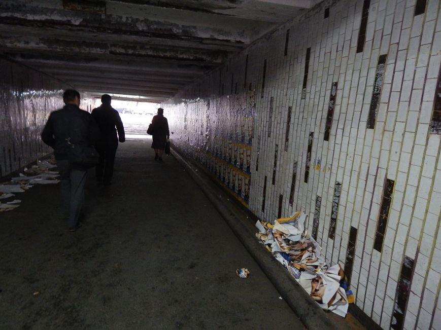 Подступы к станции метро «Героев Днепра» заклеили агитационными обоями (ФОТОФАКТ), фото-2