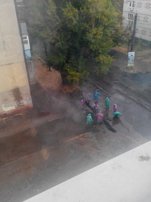 В Сумах под ливнем  дорожники укладывают асфальт, фото-2