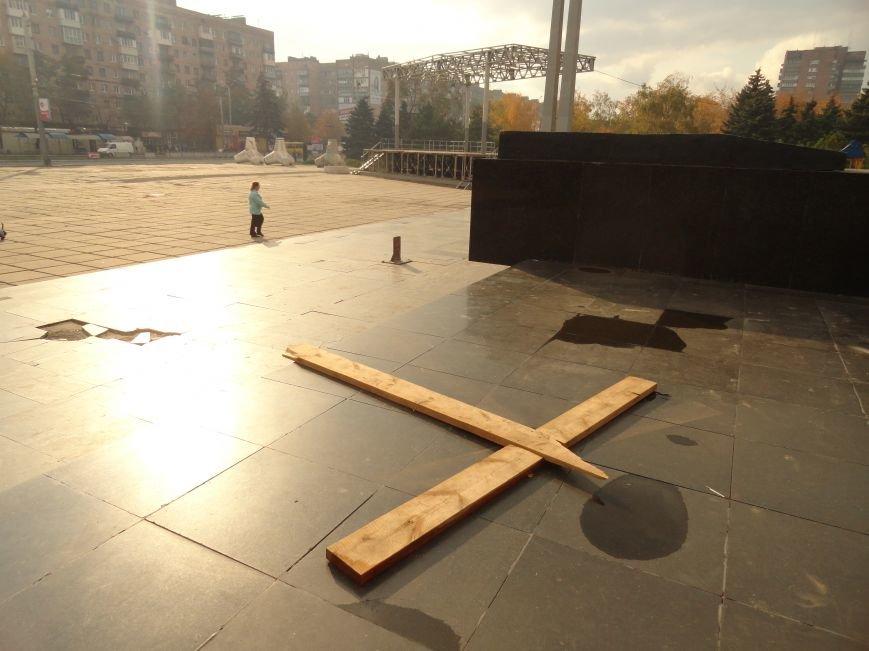 В Мариуполе на площади Ленина укрепили стойку для восстановления памятного креста (ФОТОРЕПОРТАЖ), фото-4