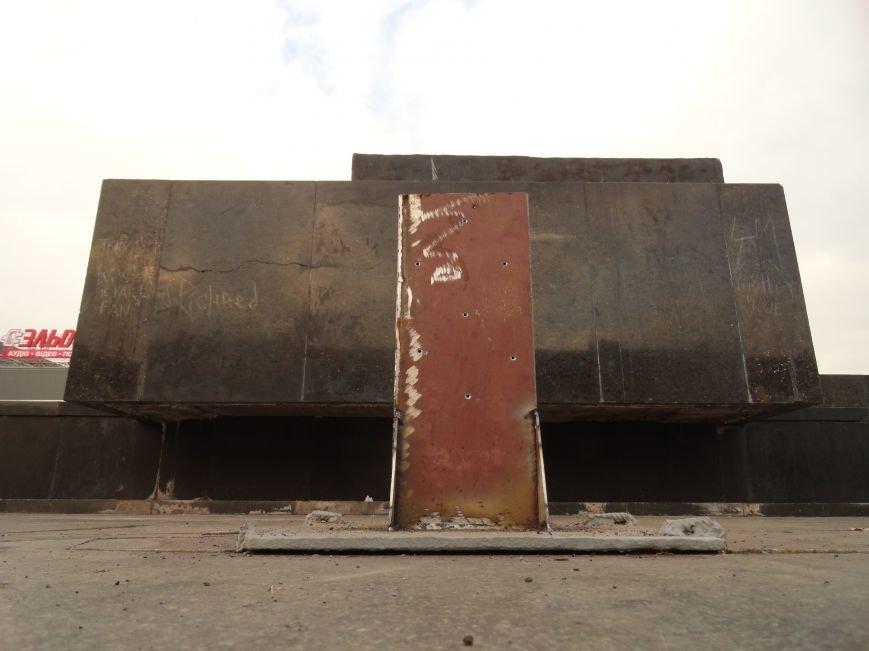 В Мариуполе на площади Ленина укрепили стойку для восстановления памятного креста (ФОТОРЕПОРТАЖ), фото-7