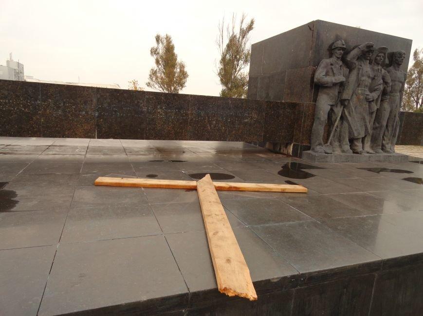 В Мариуполе на площади Ленина укрепили стойку для восстановления памятного креста (ФОТОРЕПОРТАЖ), фото-3