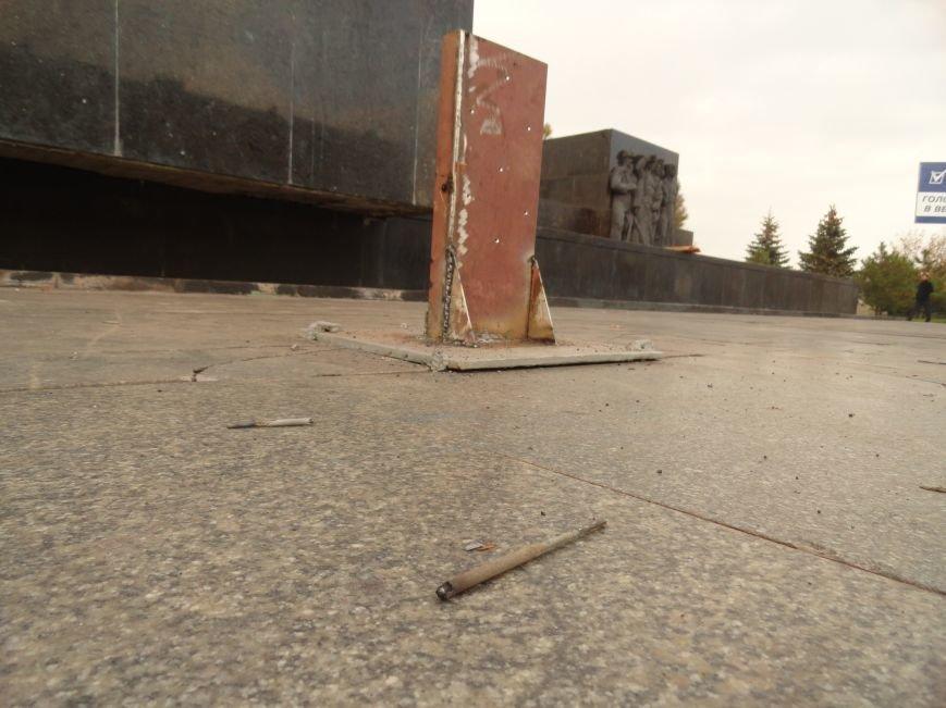 В Мариуполе на площади Ленина укрепили стойку для восстановления памятного креста (ФОТОРЕПОРТАЖ), фото-8