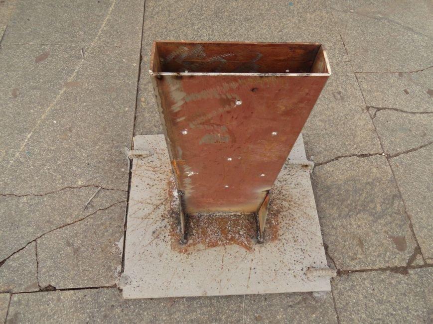 В Мариуполе на площади Ленина укрепили стойку для восстановления памятного креста (ФОТОРЕПОРТАЖ), фото-6