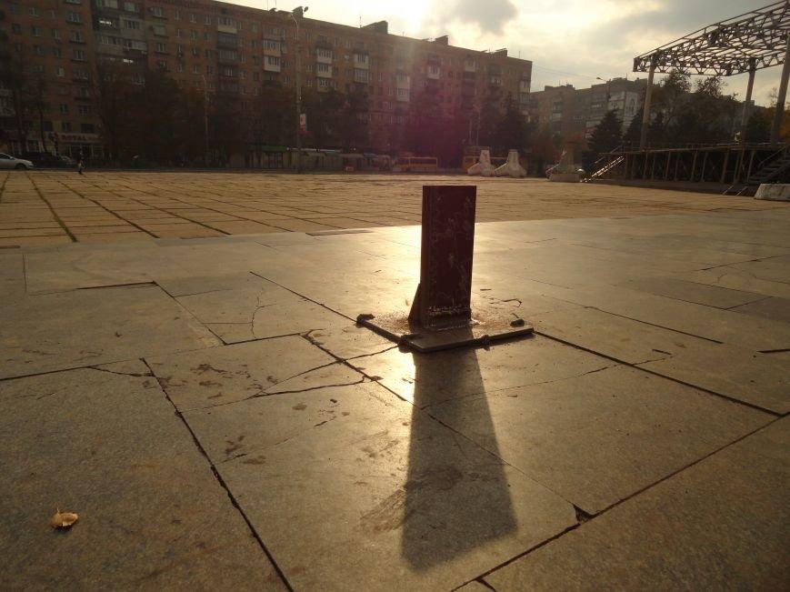 В Мариуполе на площади Ленина укрепили стойку для восстановления памятного креста (ФОТОРЕПОРТАЖ), фото-5