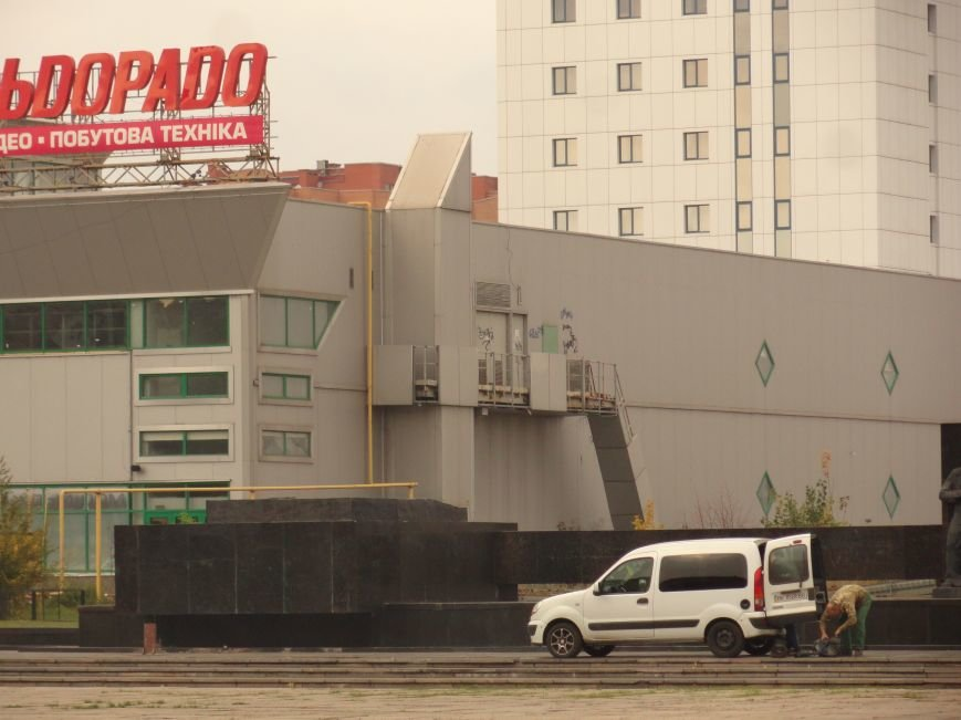 В Мариуполе на площади Ленина укрепили стойку для восстановления памятного креста (ФОТОРЕПОРТАЖ), фото-2