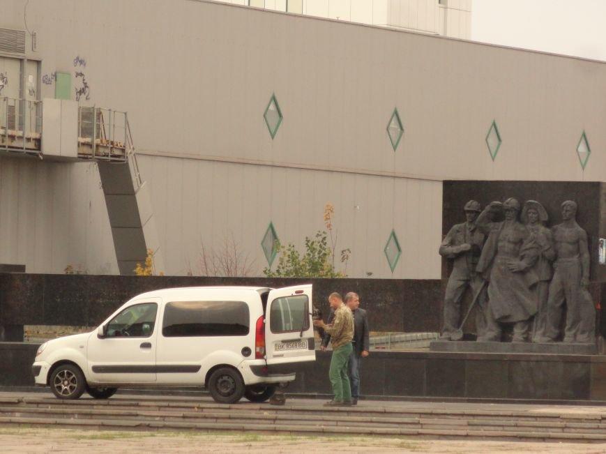 В Мариуполе на площади Ленина укрепили стойку для восстановления памятного креста (ФОТОРЕПОРТАЖ), фото-1