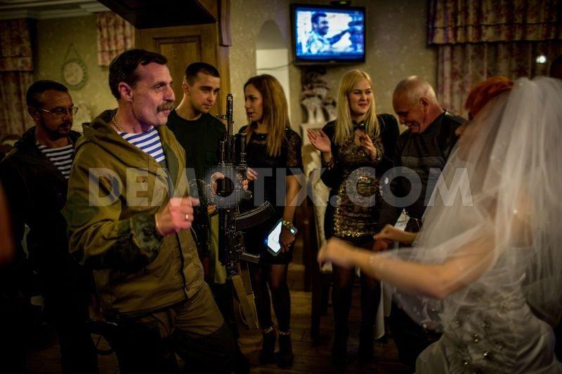 1413760276-in-pictures-rebel-wedding-and-everyday-life-in-gorlovka-ukraine_6043564 (1)